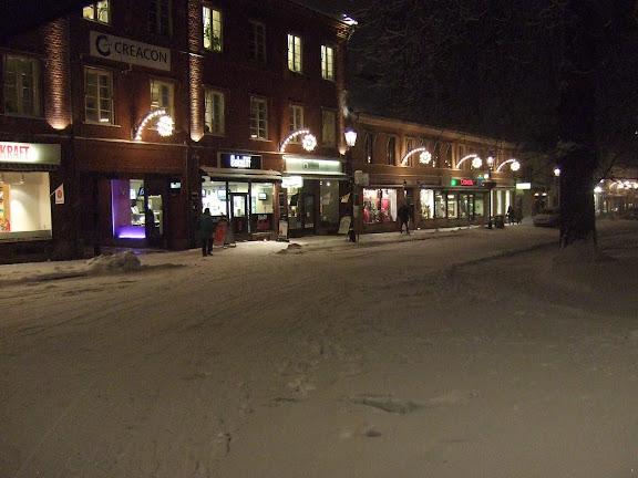 Hertig Johansgata med julbelysning i snööööööööö.....