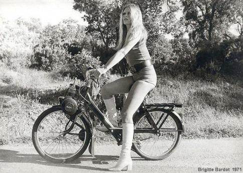 1971-Brigitte-Bardot-Velosolex