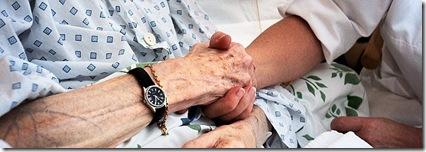 RØDMERKET! KUN FOR AFTENPOSTENS EGET BRUK! KAN IKKE SELGES!  Oslo. Lørenskog. Ahus.  Sykepleier Ellen S. Karset med pasient Astri Ørbech.  FOTO: OLAV HASSELKNIPPE