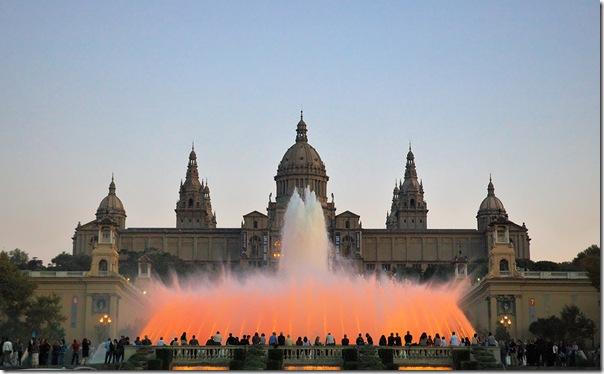 Palacio Nacional de Montjuic ante la Fuente Mágica de Barcelona