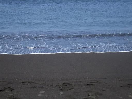 чёрный песок на сицилии