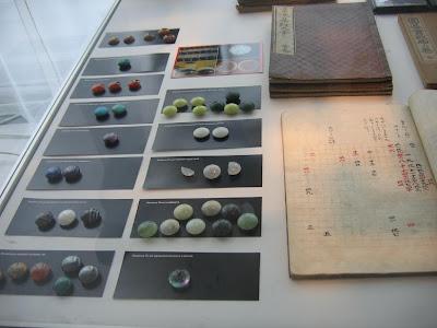Kolekcja różnokolorowych kamieni do Go