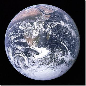 """Imagem da """"Terra Cheia"""" tirada pela Apollo 17. Essa é uma das imagens da Terra mais famosas e a mais usada em campanhas publicitárias."""