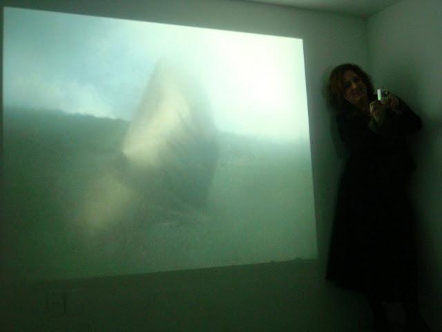 "Alessandra Giovanella tirando fotos durante o vídeo ""Das Monster"""