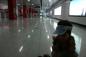 在上海很少看到空無一人的情景…上海捷運設施和台北不遑多讓喔