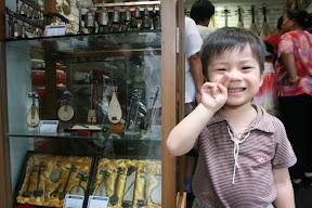 樂器店外的迷你樂器展示品,祐祐喜歡便照張相後對他說一句「以後買給你」= =