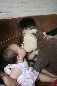 這家餐廳是主打泰迪熊,主菜先來一隻白棕相間大熊,妹妹先嘗口。