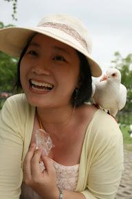 鴿出乎意料停在老婆肩上,看來老婆和鳥類真有緣,又到了殺底片的時刻了…快照快照。