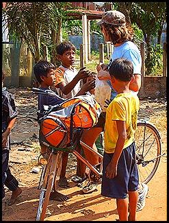 Los niños de Siem Reap jugaban un partido de fútbol cuando aparecimos con la merienda.