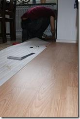 daniel lägger golv