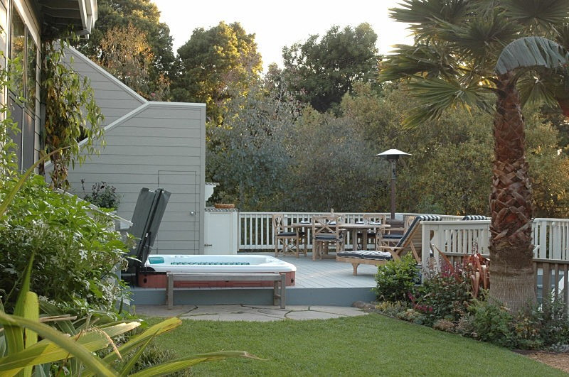 Landscaping Around Tall Deck : Garden marin hot tubber