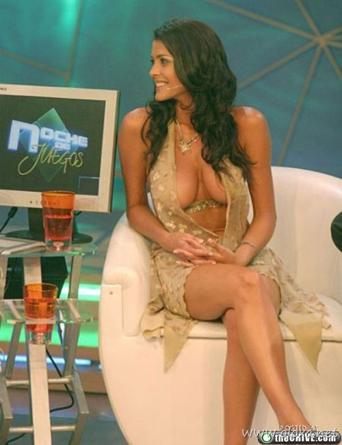 tv-anchors-booby-cleavage-10