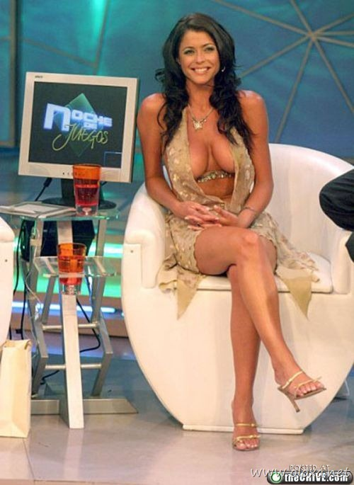 tv-anchors-booby-cleavage-11