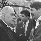 Le capitaine Charles Saenz (à droite) qui a interpellé Bidart au Boucau félicité par Robert Pandraud