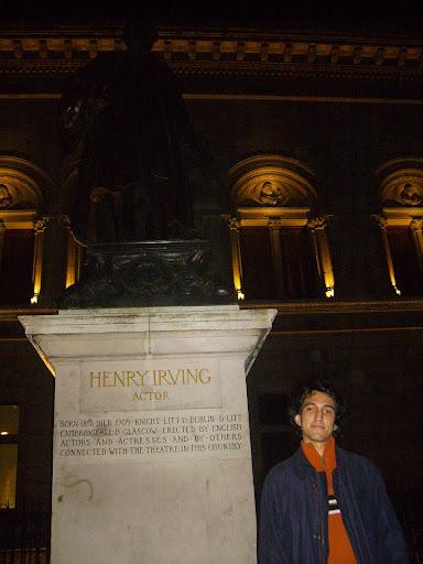 Alberto Antón posa junto a la estatua de Henry Irving en Londres