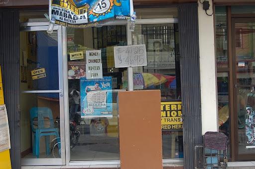 アンヘレスの両替-フィールズ沿い(道路の反対側の小店が並ぶとこ)