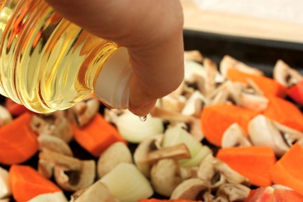 Обрызгиваем овощи маслом.jpg