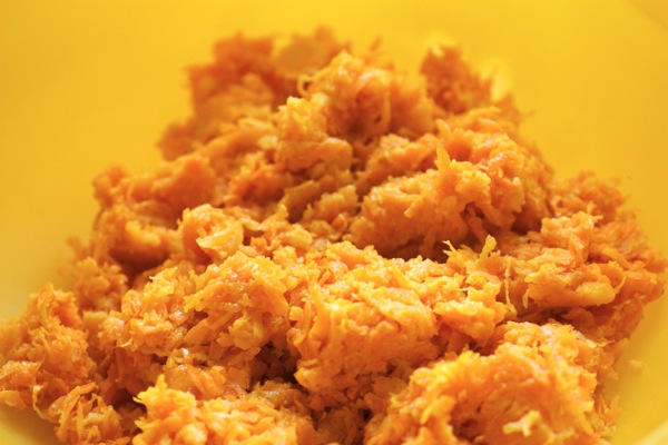 Выкладываем морковь в миску
