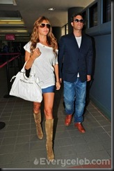 Robbie-Williams-and-Ayda-Field-do-PDA-at-LAX (3)