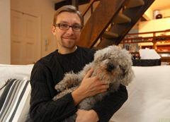 Cão 'Tio Chi Chi' com seu dono, o produtor de cinema Frank Pavich. (Foto: James Ambler/Barcroft USA/Getty Images)