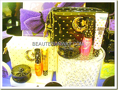 Anna Sui Christmas 2010 Collection Pouch with eye gloss, lip gloss and blusher