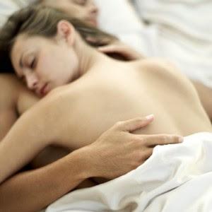 casal na cama dormindo