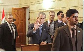 Bush, il lancio delle scarpe del giornalista iracheno 4