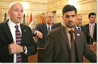Bush, il lancio delle scarpe del giornalista iracheno 5