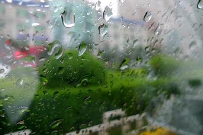 玻璃窗上的雨珠