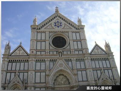 蔚藍天空下的聖十字大教堂