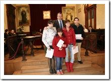 El alcalde almodovareño junto a los alumnos premiados en el concurso organizado con motivo del 30º aniversario de la Constitución.