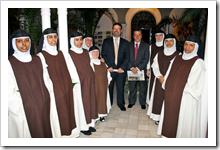 El alcalde y el presidente de la Diputación, junto a las monjas que integran la congregación jerónima almodovareña y que dirige como priora Sor Cristina.