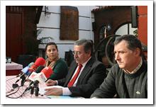 Un momento de la rueda de prensa ofrecida hoy por el alcalde, Vicente de Gregorio, en compañía de los tenientes de alcalde Almudena Correal y Paco Bermejo.