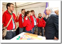 El presidente de Castilla-La Mancha, José María Barreda, saluda a unos jóvenes durante la apertura de las II Jornadas Culturales para la Recuperación de la Feria de Ganado de Marzo, en Almodóvar del Campo.
