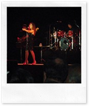 Pastora Soler, durante su actuación en el concierto que tuvo lugar en el Pabellón de Deportes de Almodóvar del Campo.
