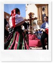 El grupo de mayos y baile de 'Balálita' agasaja, este año, la Cruz de Mayo que se ubicó en la Plaza Mayor.