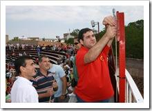 Javier Martín García, encendiendo el cohete del primer chupinazo de los Encierros 2009.