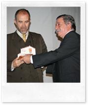 Martín del Burgo, a la izquierda, recibiendo su mención honorífica de manos del alcalde.
