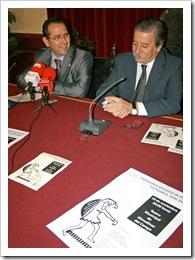 El poeta Luis Díaz-Cacho y el alcalde de Almodóvar, Vicente de Gregorio, en la rueda de prensa de presentación del evento.