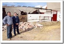 Un momento de la visita a los trabajos de demolición por parte del alcalde, que aparece junto a un encargado municipal.