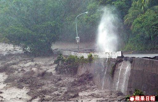 台東縣金峰鄉嘉蘭村對外唯一道路被山洪沖刷,路基流失,洪水沖撞路基噴出丈高水花。汪智博攝