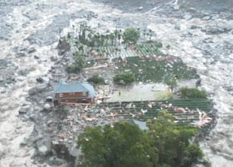 嘉義縣梅山鄉蛤里味部落村長簡福相家,被土石流沖成孤島,一家九口由直升機救出。