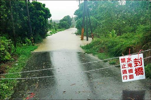 南縣山區豪雨,溪水暴漲,多處過水橋緊急封橋