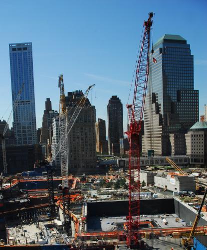 2010年9月7日,美國紐約,兩根取自世貿大廈廢墟的鋼柱7日被固定在9·11紀念館入口處位置。