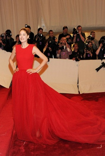 Doutzen Kroes in red Giambattista Valli gown at the 2011 met gala_thumb[1]