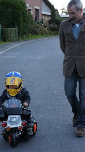 Il n'a peur de personne en moto electrique ... merci papi jack !