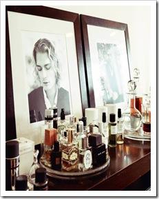 idea para colocar perfumes en bandejas