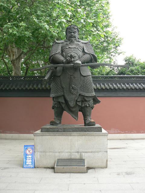 钱王铜像(正面)