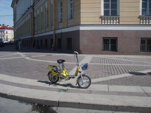 Место встречи и тестов электровелосипедов на Дворцовой площади. СПб, 22.05.2010, с 10 до 13 мск