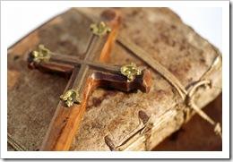 Crucifixo antigo sobre bíblia